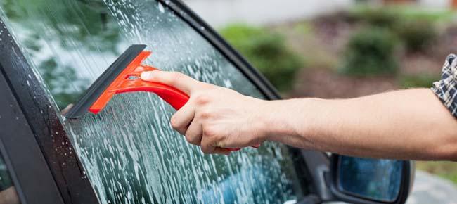 como-limpiar-los-cristales-del-carro