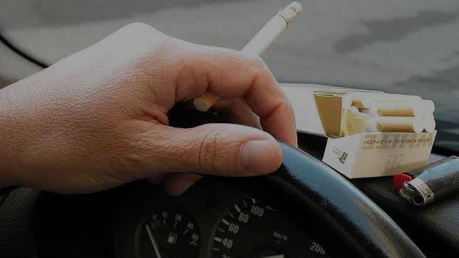 se puede fumar conduciendo