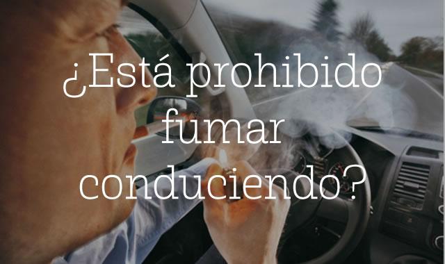 Está prohibido fumar conduciendo